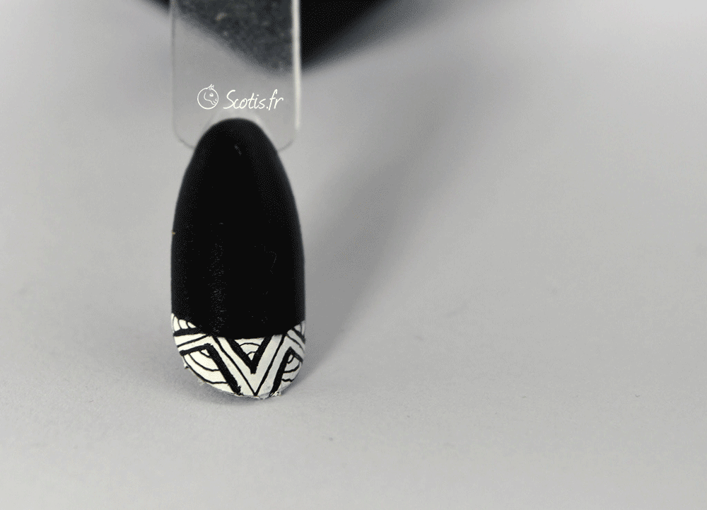 Nail art noire avec french blanche et détail géométrique dedans