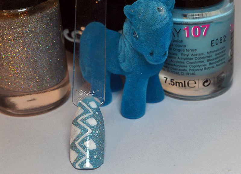 Nail art bleu à forme géométrique par Scotis