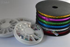 Le bolduc à droite et à droite dans l'ordre la rouelle blanche de 12 formes, la rouelle ronde avec 12 couleurs et la rouelle avec des fleurs de 12 couleurs.